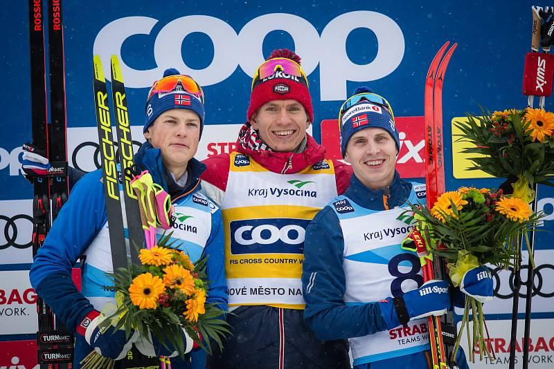 Ohlédnutí za Zlatou lyží 2020. Zleva stříbrný Johannes Hösflot Klaebo z Norska, vítěz Alexandr Bolšunov z Ruska a třetí Simen Hegstad Krüger z Norska ve stíhacím závod mužů na 15 km klasicky v rámci Světového poháru v běhu na lyžích.