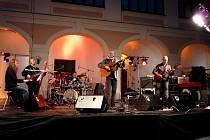 Písničkář John de Jong vystoupí sedmého prosince v kavárně v Kapli ve Žďáře nad Sázavou.