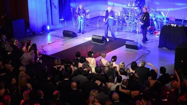 Žďárský Dům kultury v sobotu patřil desátému plesu módní návrhářky Beaty Rajské V žitě.Vrcholem večera byl koncert slovenské kapely Elán.
