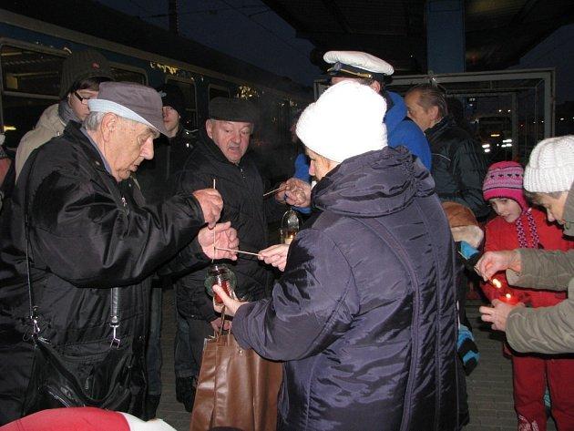 Na žďárském nádraží na Betlémské světlo čekaly asi dvě desítky lidí.