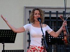 Houslistka a zpěvačka Jitka Šuranská, držitelka dvou Andělů za world music, zahájila v úterý koncertní sérii Novoměstského Slunohraní.