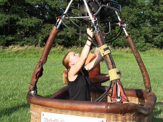 Dvaadvacetiletá studentka Markéta Olšanová, rodačka z Jihlavy, startuje jako jediná pilotka na 17. Mistrovství České republiky v balonovém létání 2013 v Radešíně.