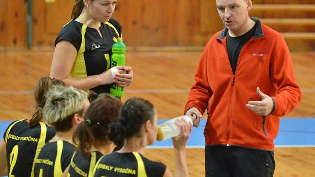 Trenér žďárských druholigových volejbalistek Jiří Ťupa dodává svým svěřenkyním sebevědomí. Žďár vyhrál v Praze šest ze sedmi vyrovnaných setů a přivezl si cenné dvě výhry.