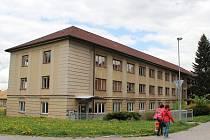 V objektu Komenského 8 ve Žďáře nad Sázavou, kde dříve působila Vyšší odborná škola a Střední průmyslová škola Žďár nad Sázavou, by do dvou let mohl vzniknout domov pro seniory se zvláštním režimem.
