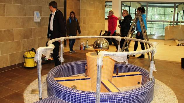 Součástí saunového světa v nově vybudovaných Městských lázních je také vodoléčebná a relaxační procedura založená na střídání teplé a studené vody.