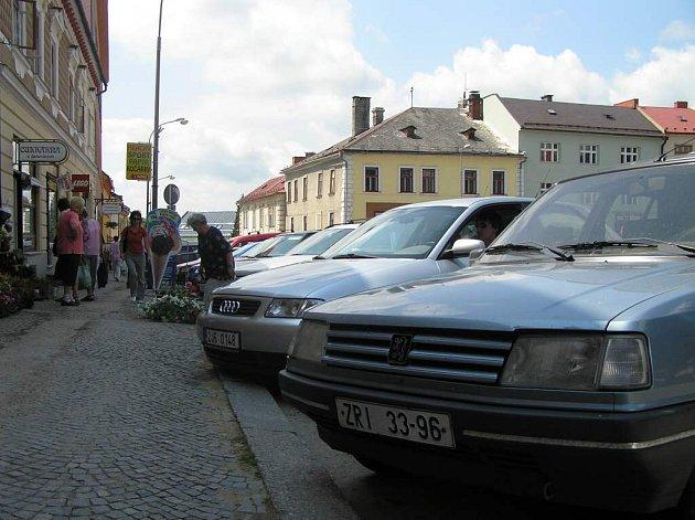 Náměstí je přeplněné auty.