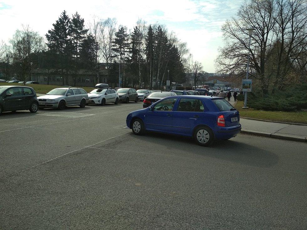 Auta stojí i v přilehlé křižovatce u Halasova náměstí v Brně.