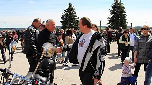 Při žehnání strojů a modlitbě za všechny účastníky silničního provozu se motorkáři ve Velké Bíteši setkali už po jedenácté.