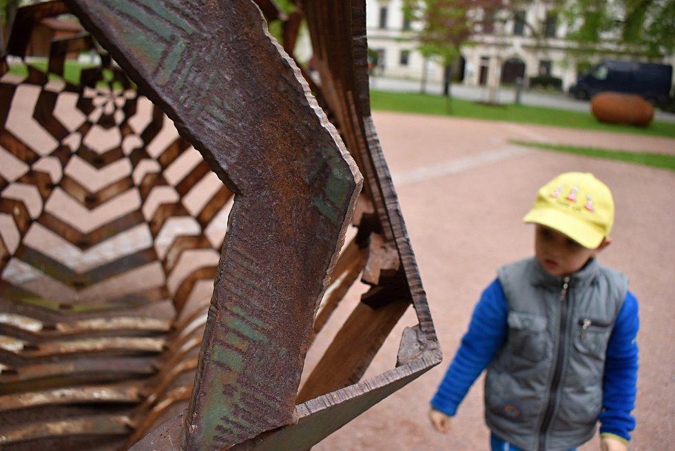 Výstava sochaře Čestmíra Sušky v Novém Městě na Moravě rozdělila místní na dva tábory.