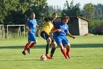 Fotbalistům Moravce (v černožlutém) letošní podzim totálně nevyšel. Jen o něco málo lépe jsou na tom v tabulce hráči Radešínské Svratky (v modrých dresech).