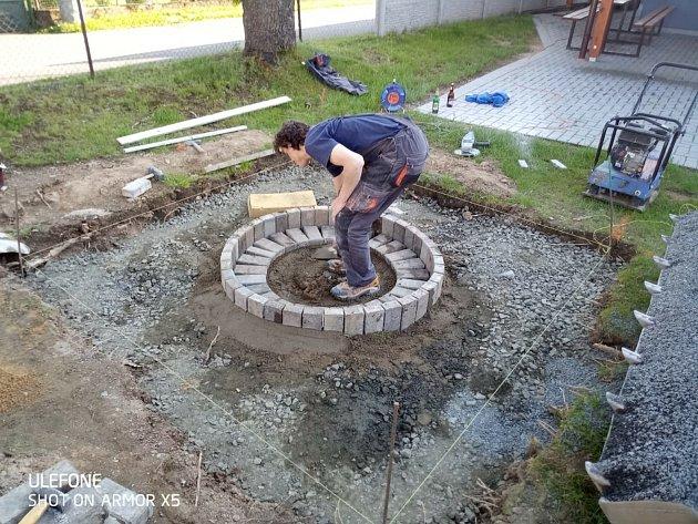 Jsem vyučený zedník, živím se instalateřinou, nicméně mi nedělá problém práce všeho druhu.
