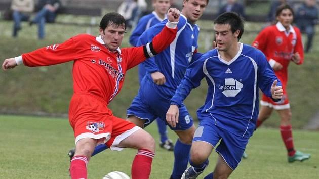 Vytrvale povzbuzoval své spoluhráče velkomeziříčský kapitán Jiř Hort (na snímku v červeném v souboji s Petrem Cardou). Nakonec byl u jediného gólu zápasu.