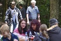 Prezident Miloš Zeman (vzadu vpravo) se v rámci své dovolené v Novém Veselí na Žďársku vydal 6. července na pochod k prameni řeky Oslavy, který je letos poprvé nazýván Memoriálem Miroslava Zity, jenž byl dlouholetým Zemanovým přítelem.