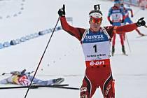 Mistrovství světa v biatlonu – NMNM – 10. 2. 2013 – stíhací závod muži. Na snímku vpravo Svendsen po průjezdu cílem a vlevo Fourcade, který před cílem upadl.