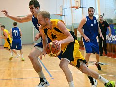 Basketbalisté BC Vysočina (s míčem Jiří Bubák) se baráže bát nemusí. Z II. ligy se nikomu do vyšší soutěže nechce, a tak se jihlavský tým automaticky zachránil