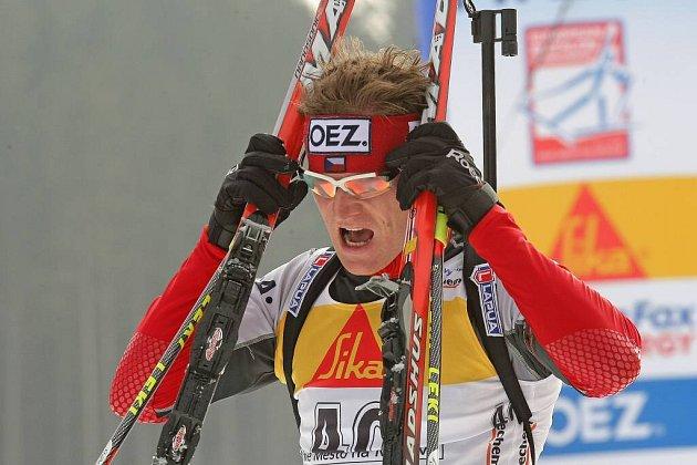 Michal Šlesingr v cíli biatlonového závodu v Novém Městě.