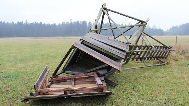 Orkán, který se nedávno prohnal i Žďárskem, za sebou zanechal i poškozené krmelce či posedy - například u Karlova na Žďársku (na snímku).