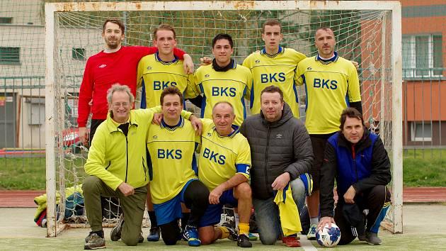 Po podzimní části Žďárské ligy malé kopané jsou v 1. lize v nejtěsnějším vedení fotbalisté týmu BKS. Jarní odvety tak slibují pořádné drama.