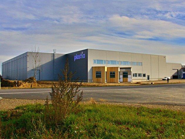 Nová skladová hala firmy Plastia se rozprostírá na necelých pěti tisících metrech čtverečních.