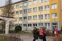 Školní budovu v ulici Leandra Čecha navštěvují žáci z Nového Města a okolních obcí. Škola je zaměřena na daltonskou výuku a je mimo jiné zapojena do projektu Ekoškola.