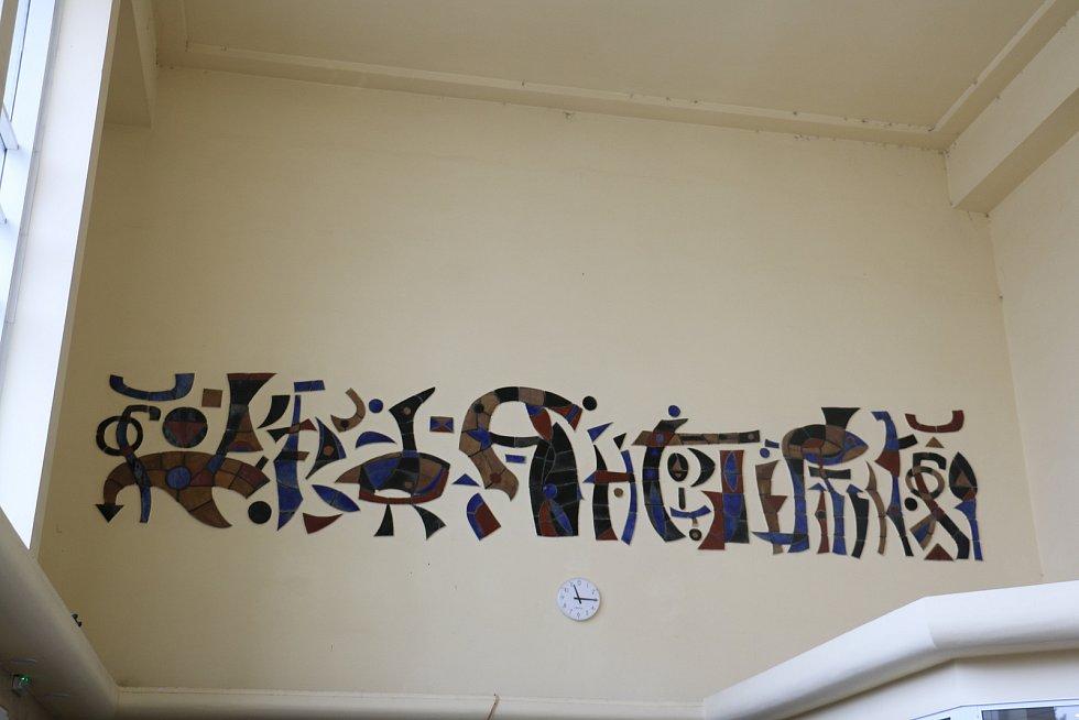 Mozaika s vyobrazením vodního světa na žďárském nádraží je dílem Bohumíra Matala. Je ovšem možné, že mozaiku ve vnitřních prostorách tvořila jeho žena.