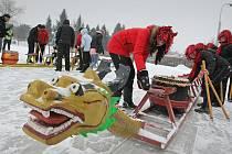 Originální závod saní s dračí hlavou odstartuje u zimního stadionu ve Žďáře v sobotu 21. ledna.