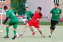 Kozel Team (v zeleném) vstoupil do jara vítězně. Dipar CF zdolal 2:0, Here for beer rozstřílel 9:0.