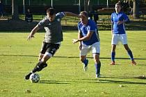 Ve šlágru 13. kola krajského přeboru Vysočiny zvítězili fotbalisté juniorky Nového Města (v šedých dresech) na hřišti Nové Vsi (v modrobílém) 3:0.