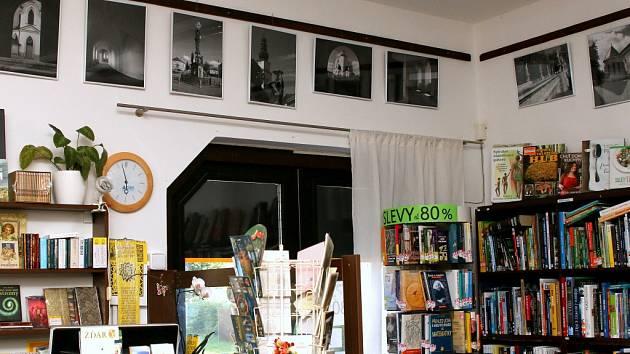 Černobílé snímky místního fotografa Milana Šustra vystavuje o prázdninách žďárské Knihkupectví Šemrincová. Fotografie zachycují Žďár či areál kostela na Zelené hoře.