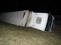 Opilý řidič převrátil kamion na D1.