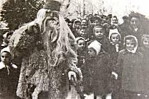 Děda Mráz přijel v roce 1952 před novoměstskou sokolovnu.
