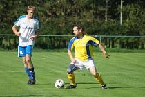 Rezerva Nové Vsi (ve žlutém dresu špílmachr David Šatný) si doma hravě poradili s Křovím, kterému nadělili tenisového kanára.
