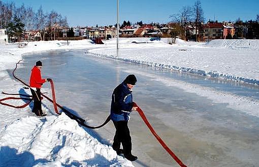 Potřebnou techniku na úpravu rychlobruslařské dráhy u zimního stadionu ve Žďáře nad Sázavou poskytlo město, práce se museli ujmout dobrovolníci. Těm snahu komplikuje extrémně silný mráz.