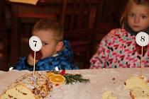 Malí i velcí si užívali vánočního koledování.