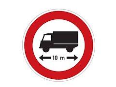 Značka omezující průjezd vozidel delších než 10 metrů.