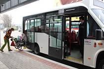ovoměstská radnice testuje v rámci zkušebního provozu městské dopravy několik typů vozidel. Od 2. dubna se cestující svezou nízkopodlažním autobusem.