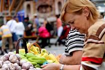 Sezonní ovoce a zeleninu, ale i populární uzeniny, med a sladké dobroty nabídne zákazníkům žďárský farmářský trh. Koná se pozítří na náměstí Republiky od 8 do 11.30 hodin. Novinkami budou domácí limonády i žďárské pivo.