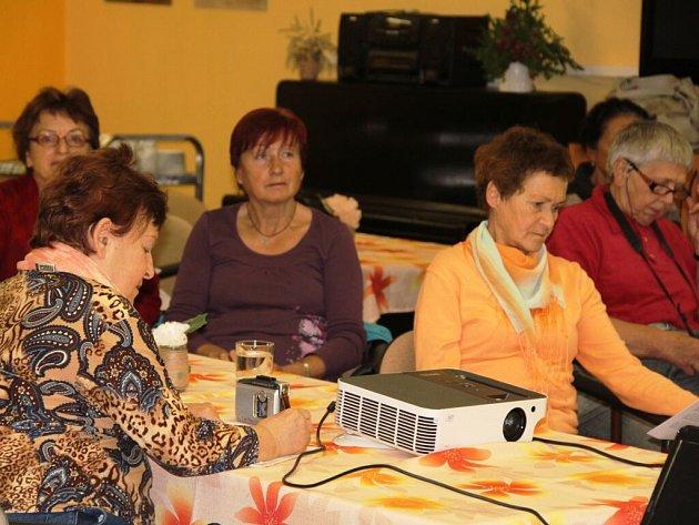 Virtuální studium seniorů je v Novém Městě velmi oblíbené a hojně navštěvované.