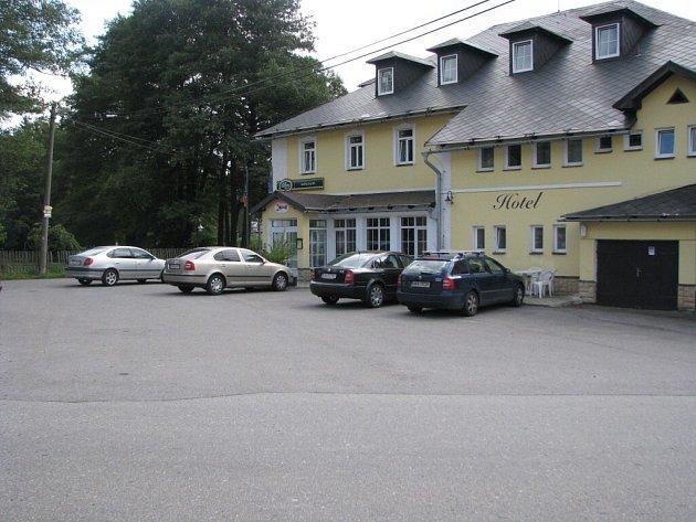 Odstavná plocha před hotelem Račín patří obci. Parkují na ní ale hosté hotelu – bezplatně. To chce račínské vedení změnit.
