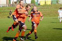 Skóre nedělního utkání mezi Radešínskou Svratkou a Velkým Beranovem otevřel už v 5. minutě krásnou střelou do šibenice domácí obránce Martin Drdla (uprostřed).