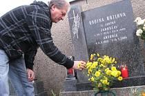 Prodloužený dušičkový víkend odstartoval. Podobně jako Antonín Kozel ze Žďáru nad Sázavou (na snímku) vyrazily v pátek tisíce lidí na hřbitovy v regionu, aby v předstihu uctily Památku zesnulých.