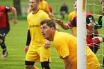 Hráči Bobrové (ve žlutém) si sobotní utkání na půdě rezervy Nové Vsi (v červených dresech) užili.
