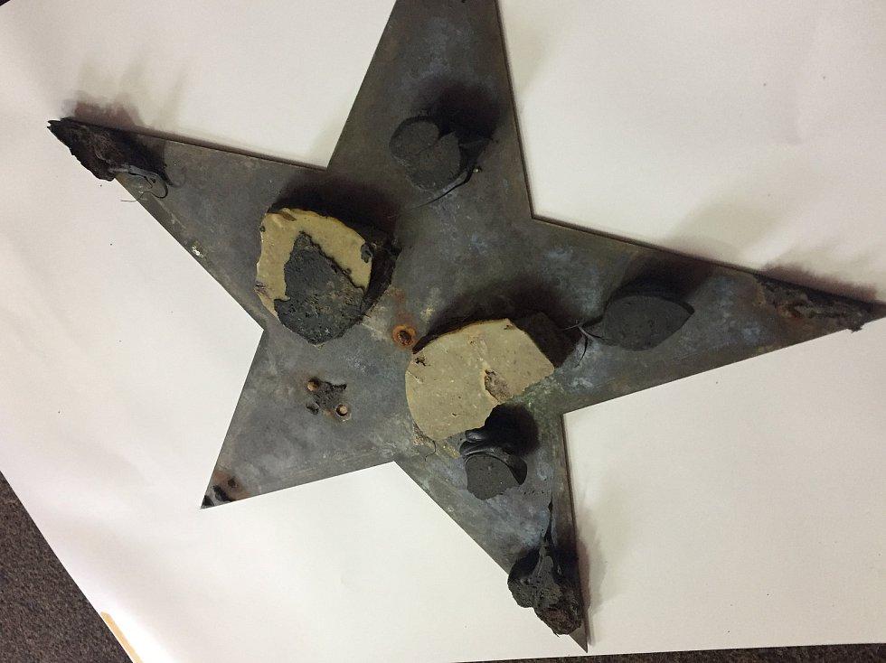 Mosazná hvězda nebyla poškozena a vrátí se zpět na své místo.