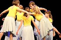 Noční souhvězdí ve víru tance. Každoroční vystoupení tanečního oboru bylo letos inspirováno noční oblohou. Divákům se dívky  představily v jedenácti vystoupeních, dvě z nich byla absolventská.