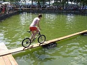 Blažkovské závody přes rybník připravují ve vesnici Blažkov už od roku 1947.
