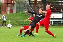 Na domácím hřišti fotbalisté Žďáru (v černém) opět nebodovali. Lanžhotu (v červeném) podlehli vysoko 0:5. Foto: Zdeněk Smejkal