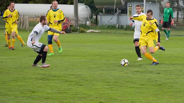 Rozdílné pocity museli mít po svých utkáních 23. kola I. B třídy fotbalisté Bohdalova (ve žlutém) a Počítek (v bílém).