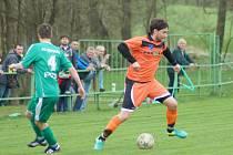 Fotbalisté Radešínské Svratky (v oranžovém) přemohli Kněžice výsledkem 2:1 až díky dvěma gólům v závěrečné čtvrthodině hry.