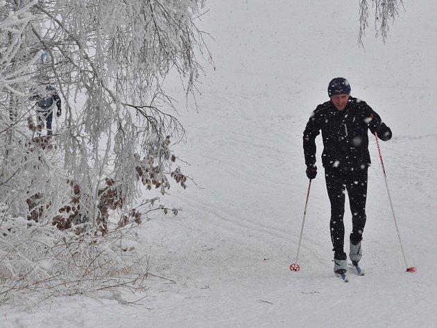 Běžkaři se mohou na Žďársku zatím svézt jen ve vlastních stopách. Strojovou úpravu komplikovalo v pondělí vydatné sněžení.