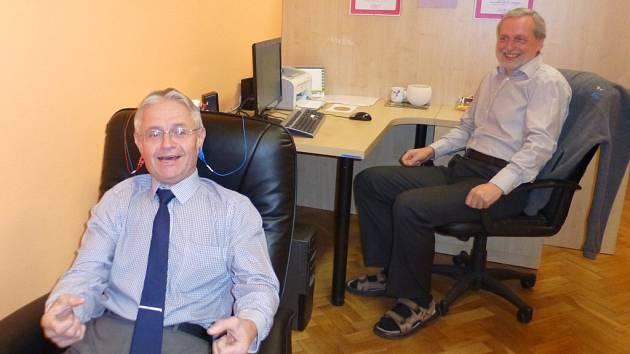 Trénink pomocí biofeedbacku si ve žďárské Základní škole Švermova při prezentaci pracoviště veřejnosti vyzkoušel také žďárský místostarosta Jaromír Brychta.